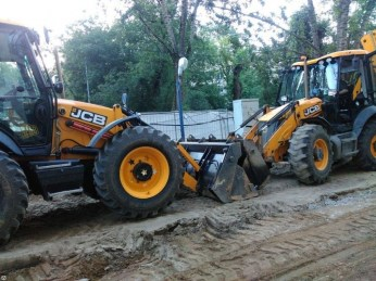 На фото экскаватор-погрузчик JCB 3CX SUPER